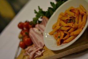 ristorante-la-terrazza-penne--al-pomodoro-servite-su